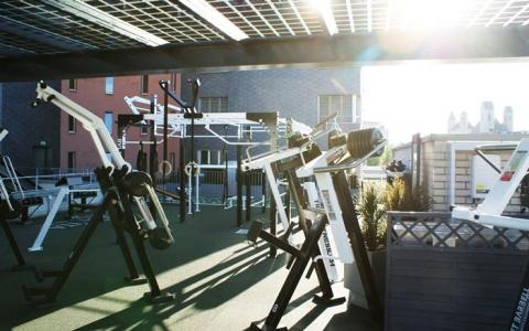 Уличные тренажеры MB Barbell на террасе фитнес-клуба в Рапперсвиле, Швейцария